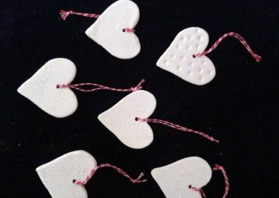 Ob als Baumschmuck, einen Zweig oder als Geschenkanhänger sind diese weißen Herzen immer ein Blickfang.