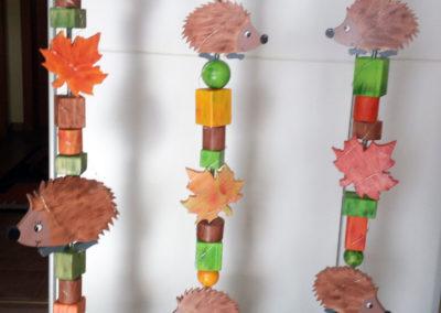 Holzstelen (Glückswächter) mit Igeln als Deko vor dem Haus (alle Teile sind lackiert) oder im Haus. Aus verschiedenen Rundhölzern, Kanthölzern und Holzkugeln. Kann auf Wunsch ganz individuell gestaltet werden.
