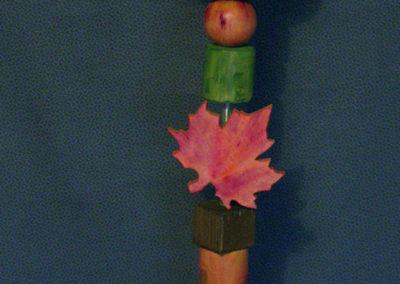 Diese Holzstele (Glückswächter) mit Igel ist ein echter Blickfang vor bzw. im Haus. Durch die herbstlich bemalten Ahornblätter bringt er etwas Farbe in die dunkle Zeit. Verschiedene Rund- und Kanthölzer, Kugeln und Baumscheiben lockern das ganze auf.