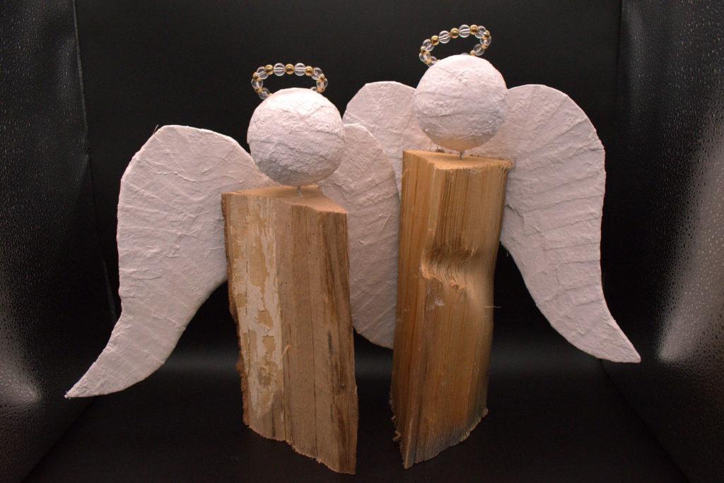 Holzscheit in unterschiedlichen Höhen. Perlenkranz als Heiligenschein. Traditionelle Deko zu Weihnachen. Nur für den Innenbereich zu verwenden da die Flügel und der Kopf aus Gipsbinden besteht.