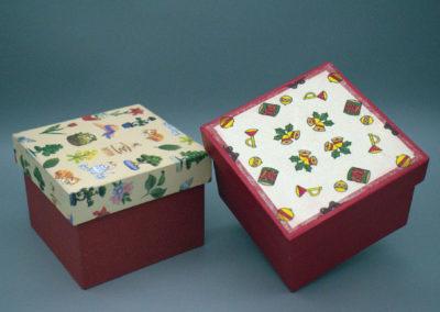 Schachteln aus stabiler Pappe mit Dekopapier bezogen. Damit lässt sich allerlei verpacken. Auch als Geschenkverpackung zu verwenden.