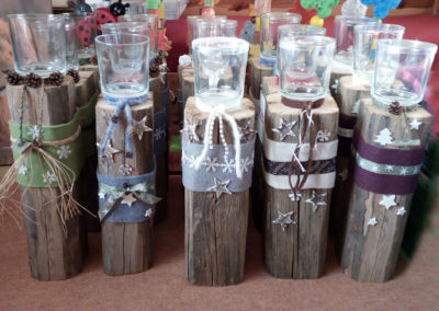 Alte Holzbalken eignen sich sehr gut für solche Windlichter. Sie können sowohl als Gartendeko als auch als Deko im Haus verwendet werden.