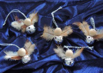 Glöckchenengel mit Federn in silber glänzend und matt
