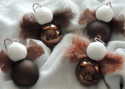Glaskugelengel mit Federn in Braun glänzend oder matt