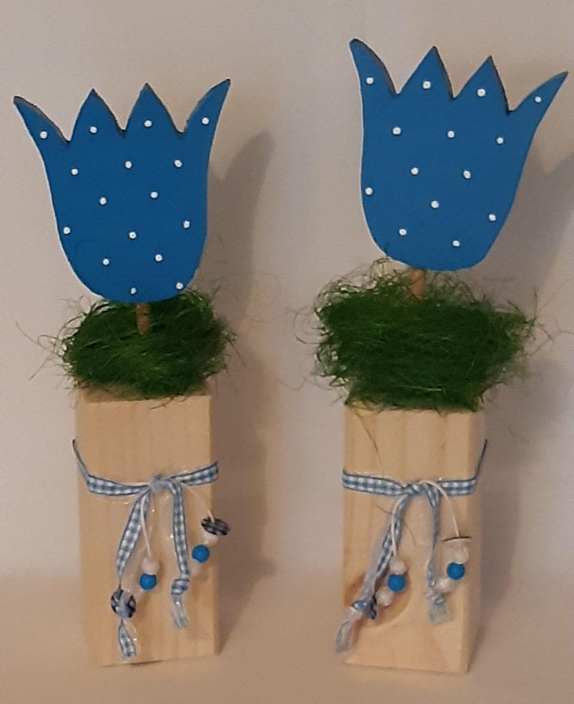 Holzblumen blau mit Bändern und Perlen