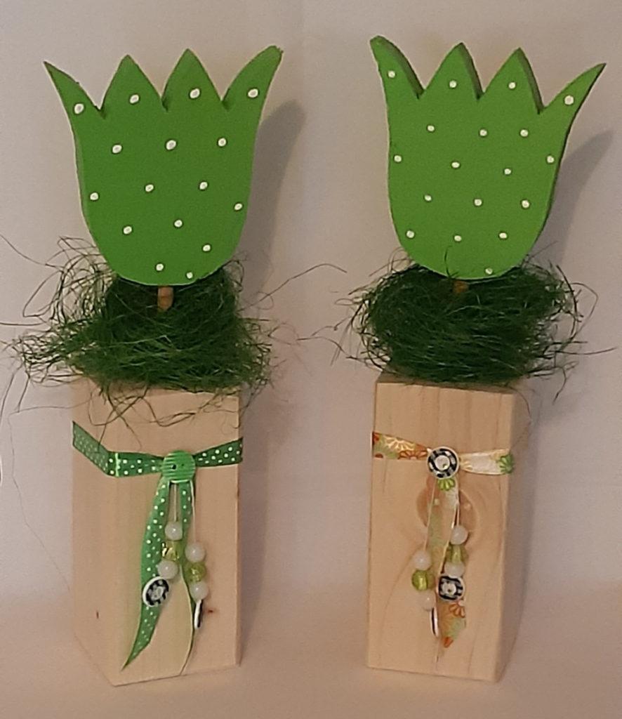 Holzblumen in grün mit Bändern und Perlen