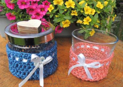 Gläser mit Bändchengarn in blau und aprikot mit Schleife